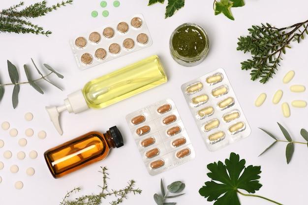 Natuurlijke cosmetica met pillen en planten