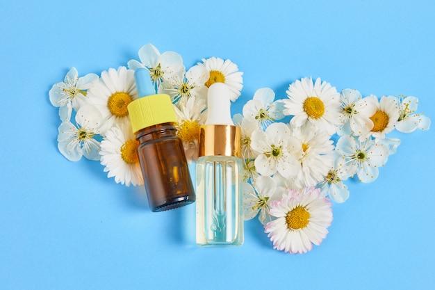 Natuurlijke cosmetica met plantaardige ingrediënten. huid- en lichaamsverzorging serum met bloemen en planten. concept kruidengeneeskunde