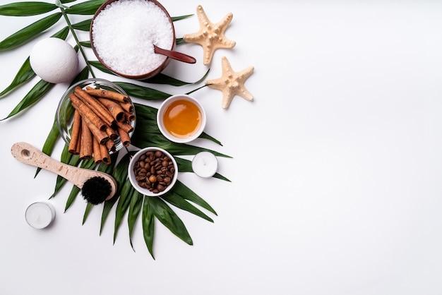 Natuurlijke cosmetica of spa instelling op palmblad