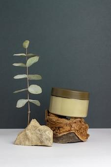 Natuurlijke cosmetica op een groen oppervlak. room. minimalisme. huidverzorging. lichaamsverzorging. kopieer ruimte. mock-up.