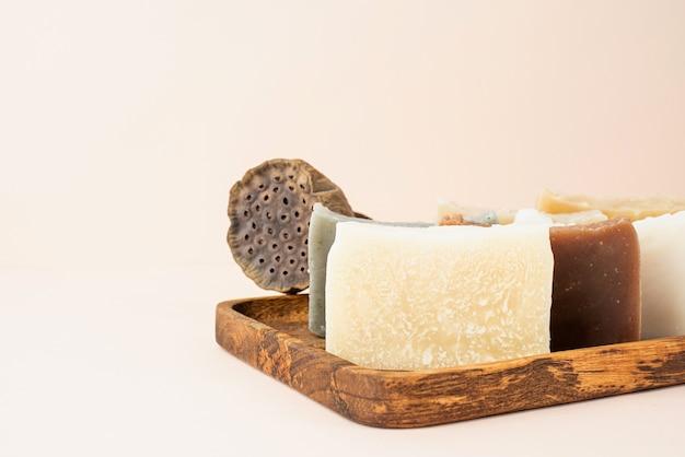 Natuurlijke cosmetica. stapel handgemaakte zeep met lotus op beige achtergrond met kopie ruimte
