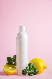 Natuurlijke cosmetica voor huidverzorging met citroen biologisch schoonheidsproduct met citrus op een roze achtergrond