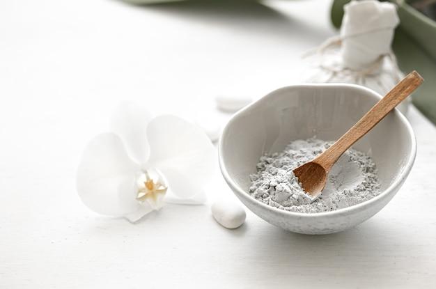 Natuurlijke cosmetica voor spa-behandelingen thuis of in de salon, gezichtsmasker thuis.