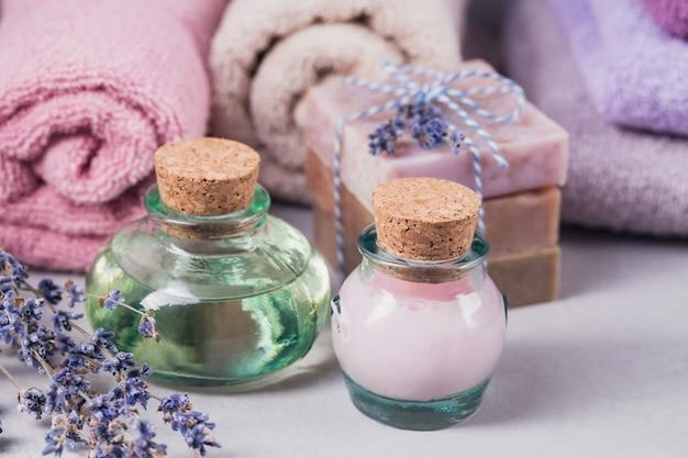 Natuurlijke cosmetische olie, crème en natuurlijke handgemaakte zeep met lavendel op lichte achtergrond. gezonde huidverzorging. aromatherapie, spa- en wellnessconcept