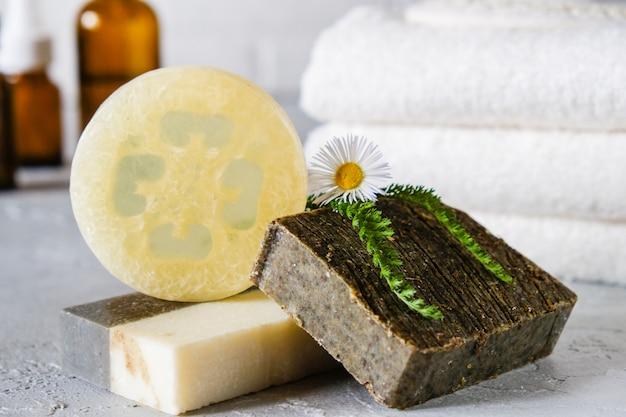 Natuurlijke cosmetische olie en natuurlijke handgemaakte zeep met luffa. gezonde huidverzorging. spa concept