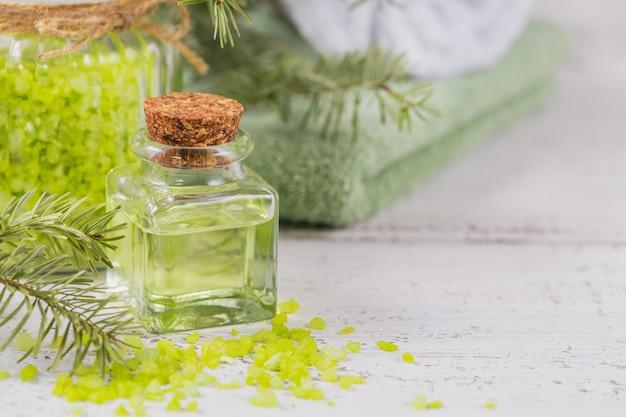Natuurlijke cosmetische olie en zeezout met naaldextract