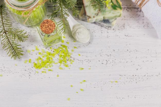 Natuurlijke cosmetische olie, zeezout, gezichtsmasker en natuurlijke handgemaakte zeep met naaldextract