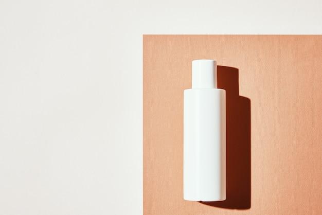 Natuurlijke cosmetische product witte fles op pastel achtergrond