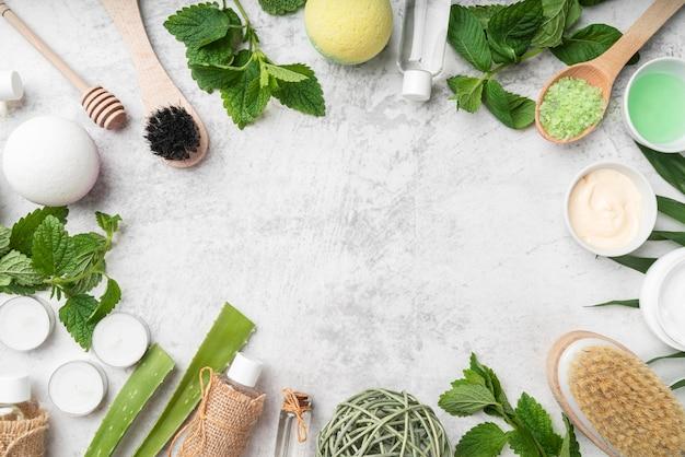 Natuurlijke cosmetische producten frame op bureau