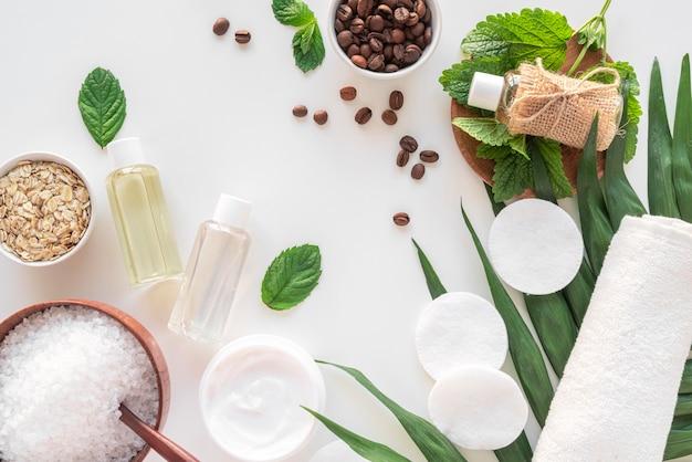 Natuurlijke cosmetische producten op bureau