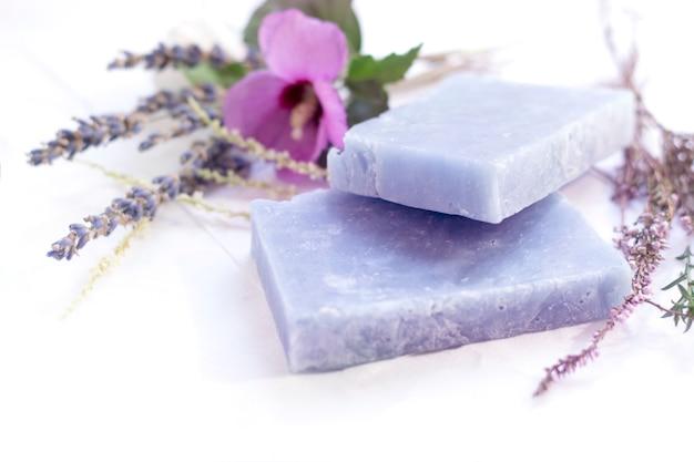 Natuurlijke cosmetische zeep met bloemen met kopie ruimte