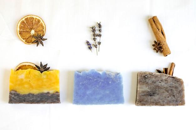 Natuurlijke cosmetische zeep met verschillende geuren en ingrediënten, spa lichaamsverzorging.