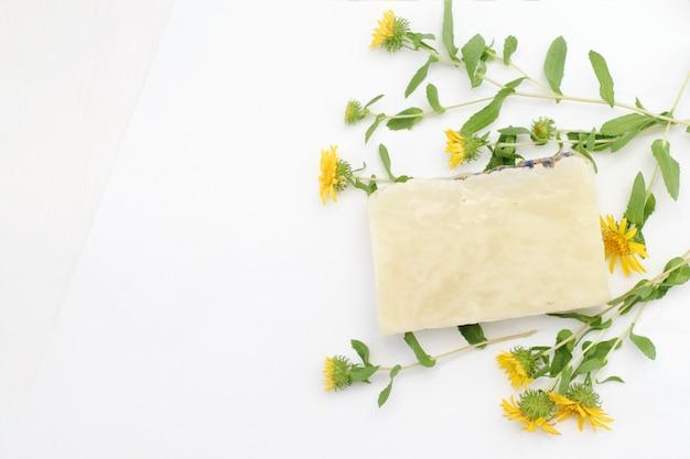 Natuurlijke cosmetische zeep voor huidverzorging op een witte achtergrond met kopie ruimte