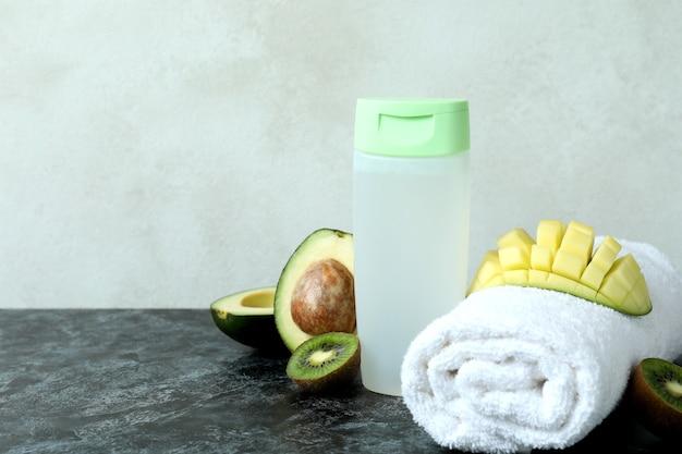 Natuurlijke douchegel, handdoek en ingrediënten op zwarte smokey-lijst