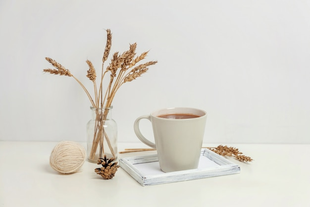 Natuurlijke eco home decor met kop koffie en kaars op houten dienblad