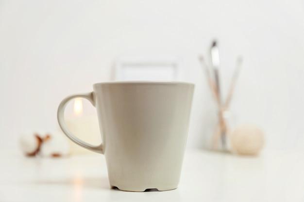 Natuurlijke eco interieur met kopje koffie in de buurt van witte werkplek