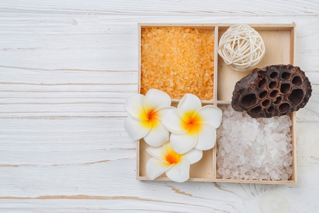 Natuurlijke elementen voor spa met badzout