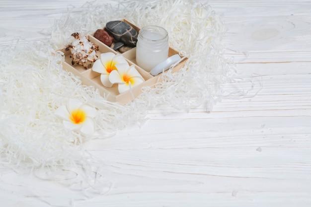 Natuurlijke elementen voor spa met bloemen