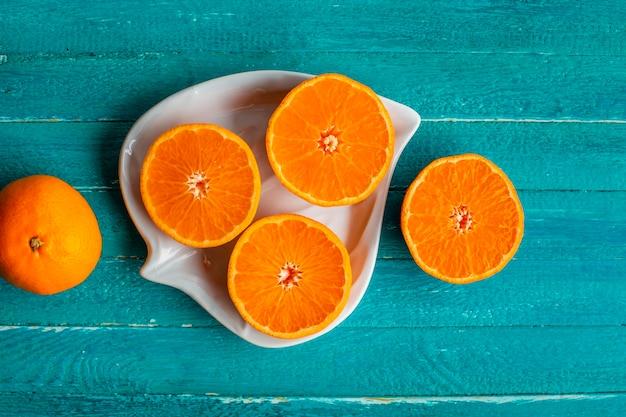 Natuurlijke en verse half gesneden sinaasappelen op plaat
