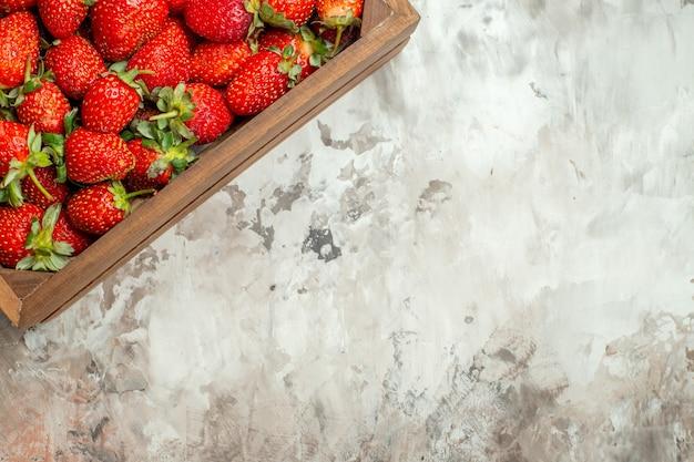 Natuurlijke en verse rode aardbeien in kleine bruine houten doos