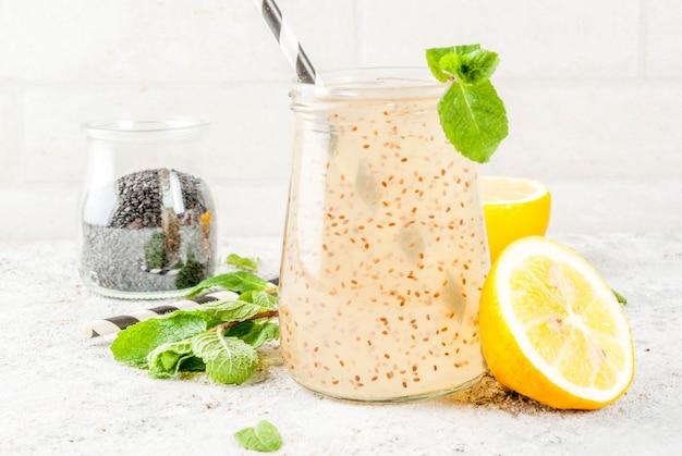 Natuurlijke energiedrank, chia fresca, toegediend water of limonade