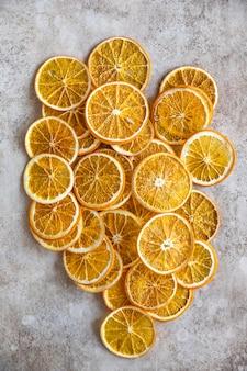 Natuurlijke gedroogde sinaasappels gesneden en gedroogde citrusvruchten