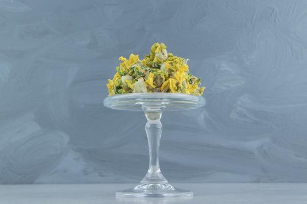 Natuurlijke gele bloemen op glasplaat.