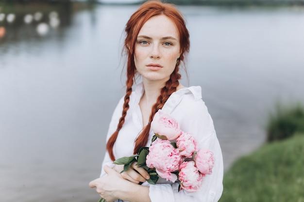 Natuurlijke gezicht sproeten casual vrouwelijk portret levensstijl schoonheid meisje met pigtails en bloemen