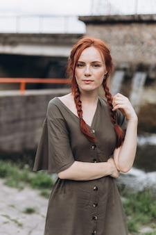 Natuurlijke gezicht sproeten casual vrouwelijk portret levensstijl schoonheid meisje met pigtails
