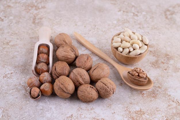 Natuurlijke gezonde walnoten op marmeren oppervlak.