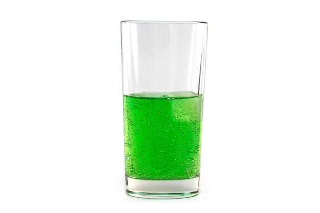 Natuurlijke groene fonkelende soda in glas met ijs dat op wit wordt geïsoleerd