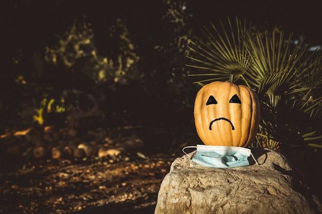 Natuurlijke halloween-pompoen boos omdat hij niet kan vieren vanwege het coronavirus