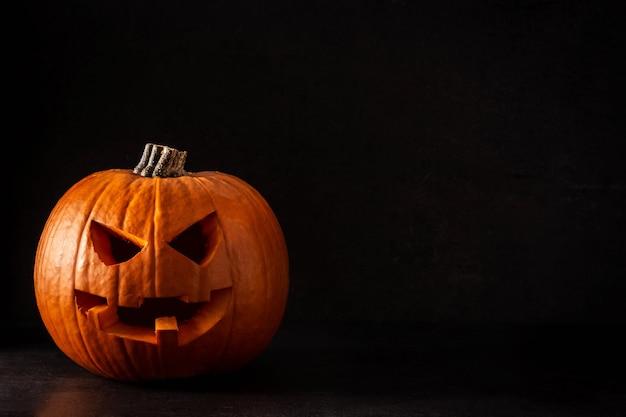 Natuurlijke halloween-pompoen op zwarte achtergrond