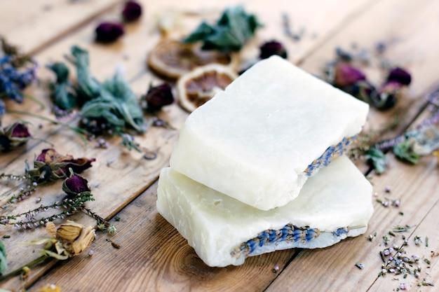 Natuurlijke handgemaakte lavendel zeep op een houten achtergrond met gedroogde bloemen