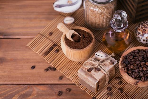 Natuurlijke handgemaakte zeep, aromatische cosmetische olie, zeezout met koffiebonen op rustieke houten achtergrond. gezonde huidverzorging. sauna en spa-concept.