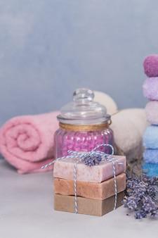 Natuurlijke handgemaakte zeep en zeezout met lavendel op lichte achtergrond. gezonde huidverzorging. aromatherapie, spa- en wellnessconcept