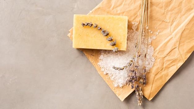 Natuurlijke handgemaakte zeep met bovenaanzicht van zout en lavendel