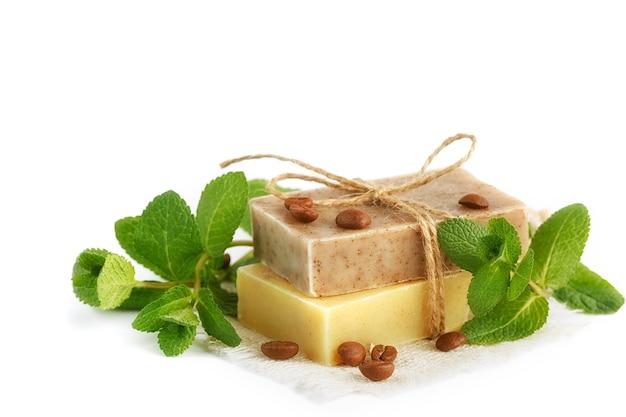 Natuurlijke handgemaakte zeep met geurige kruiden en koffiebonen, geïsoleerd op wit