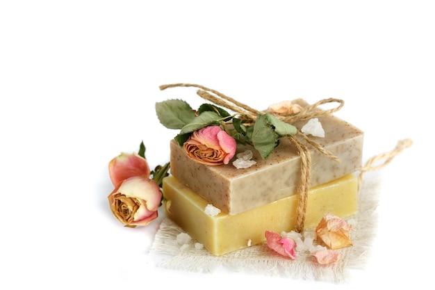 Natuurlijke handgemaakte zeep met geurige kruiden, geïsoleerd op wit