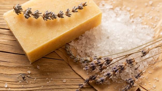 Natuurlijke handgemaakte zeep met zout en lavendel