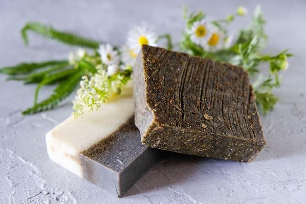 Natuurlijke handgemaakte zeepstaven met bloemen en gedroogde kruiden, spa organische zeep