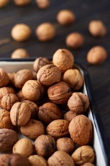 Natuurlijke hele walnoten op donkere houten tafel