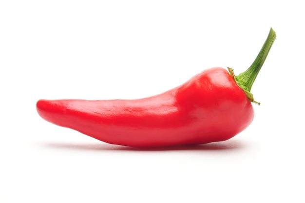 Natuurlijke hete peper op geïsoleerd wit