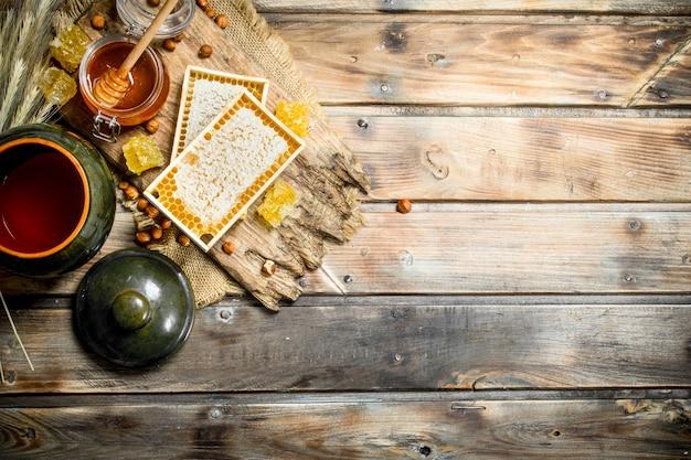 Natuurlijke honing met noten. op een houten.