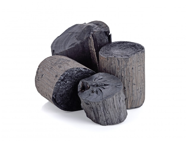 Natuurlijke hout zwarte houtskool op wit wordt geïsoleerd