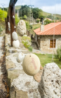 Natuurlijke houten balustrade met decoratieve opgehangen stenen