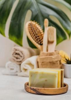 Natuurlijke houten borstels en zeep en monsterablad