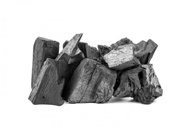 Natuurlijke houten houtskool of traditionele hardhoutskool die op wit wordt geïsoleerd