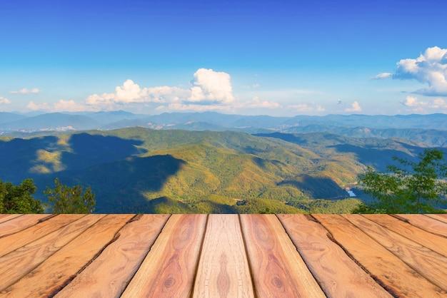 Natuurlijke houten planken en berg en blauwe hemelachtergrond