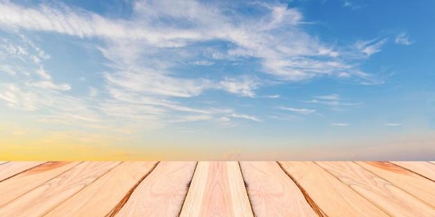Natuurlijke houten planken en blauwe hemelachtergrond
